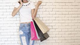 Девушка с пакетами для покупок