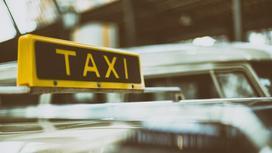 "Табличка ""Такси"" на машине"