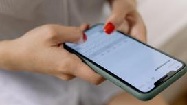 Женщина держит в руках телефон