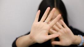 Женщина закрывает лицо ладонями