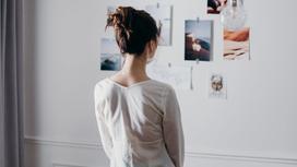 Девушка смотрит на стену