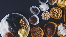 Сухофрукты и орезхи на столе
