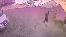 Мужчина покидает двор частного дома