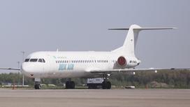 Самолет авиакомпании Bek Air стоит в аэропорту