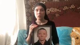 Девушка с портретом погибшего в ДТП