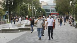 Люди в масках гуляют