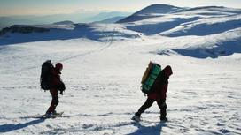 туристы идут по снегу