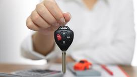 Женщина отдает ключи от автомобиля