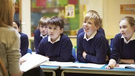 дети сидят на уроке в школе