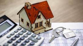 Игрушечный домик стоит на банковском графике