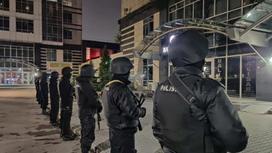 полицейские стоят в ряд