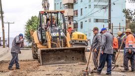 Рабочие делают ремонт дороги