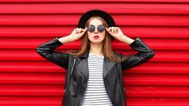 девушка на фоне красной стены