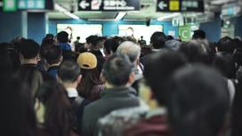 Толпа людей в помещении аэропорта
