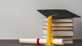 книги, диплом и шапочка магистра