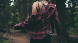 Девушка в лесу стоит спиной