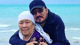 Токтар Сериков с мамой