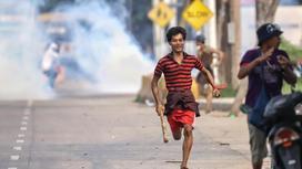 Протестующий бежит в Янгоне