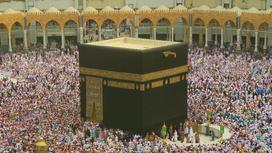 Люди молятся в мечети