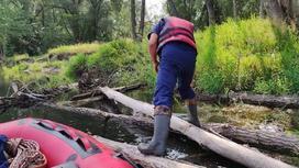 Спасатели плывут по реке