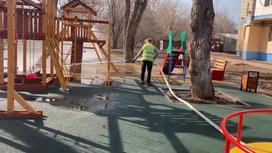 Коммунальщик убирает детскую площадку