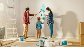 Семья делает косметический ремонт в квартире