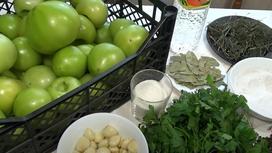 Зеленые помидоры в ящике, чеснок, зелень, лавровый лист, соль, сахар, уксус, сухой укроп на стол