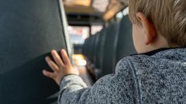 Ребенок едет в автобусе