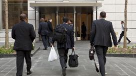 Сотрудники идут на работу в Goldman Sachs