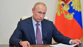 Владимир Путин за столом