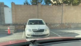 Машина стоит на улице в Караганде