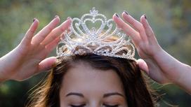 Девушка надевает корону