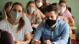 Школьники сидят за партами