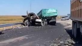 Место столкновения двух грузовиков
