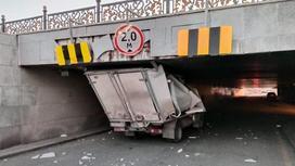Грузовик врезался в мост