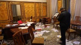 разбросаны бумаги по кабинету