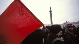 Женщина с флагом СССР идет по площади