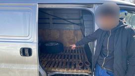 Мужчина указывает рукой в открытый салон грузовика
