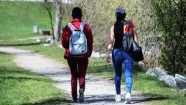 две женщины идут по улице