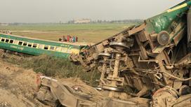 Обломки поездов в Пакистане