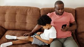 Отец и сын со смартфонами