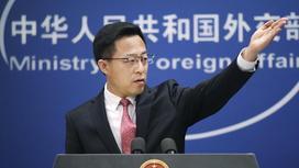 Представитель МИД Китая Чжао Лицзянь поднял руку