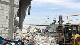 строительный мусор на месте снесенного ресторана