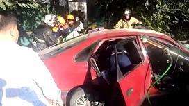 Спасатели освобождают зажатую в машине женщину