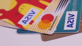 Банковские карты лежат на столе