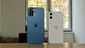 iPhone стоят на столе