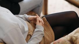 Девочка сидит на диване