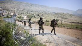 солдаты с оружием на границе