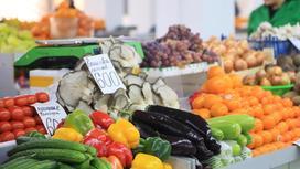 Овощи и фрукты лежат на прилавке