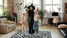 Дети в костюмах на Хэллоуин